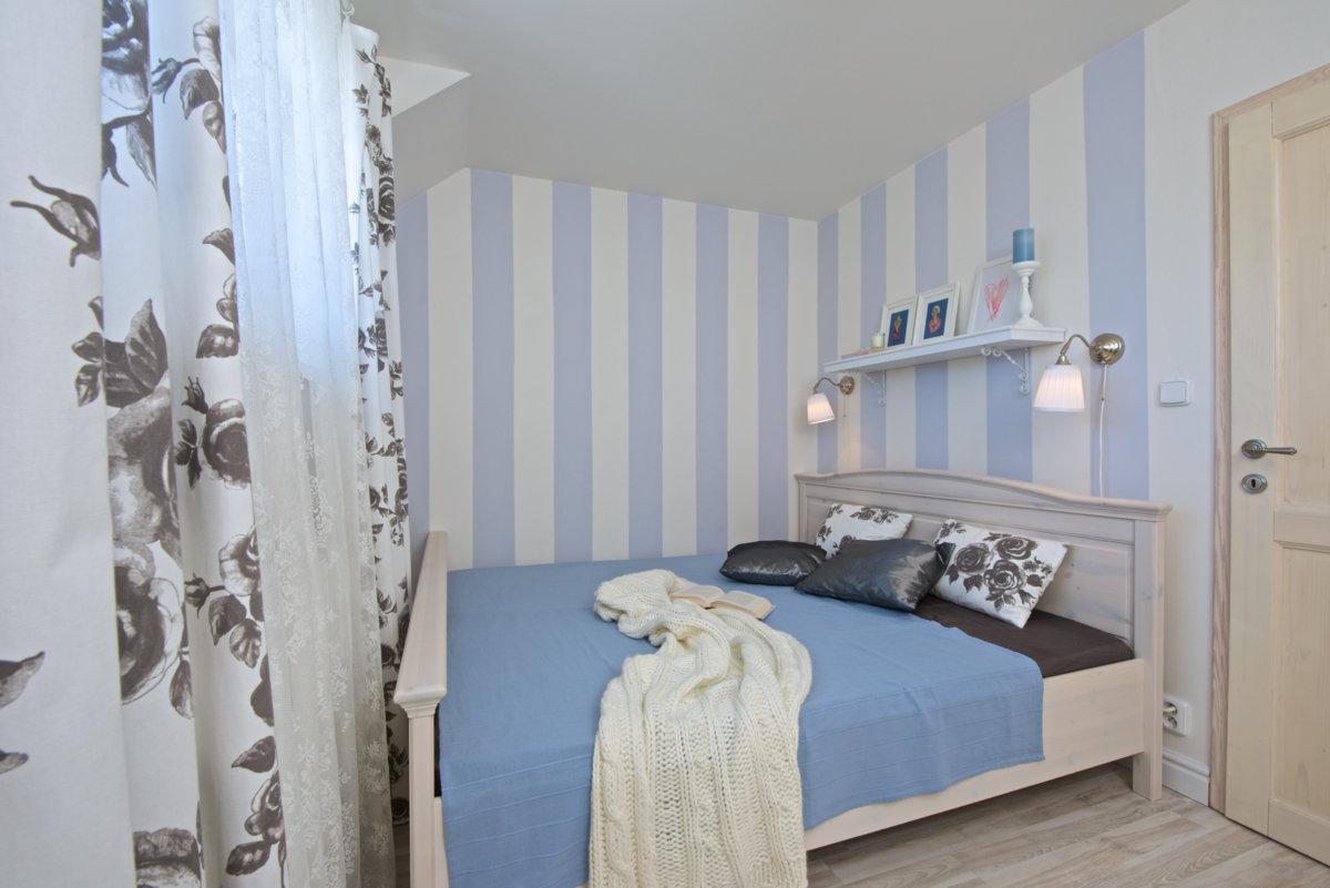 pruhovaná ložnice v elegantním stylu
